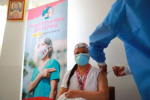 Hospital Loayza inicia la segunda vacunación contra la covid-19 a personal de salud
