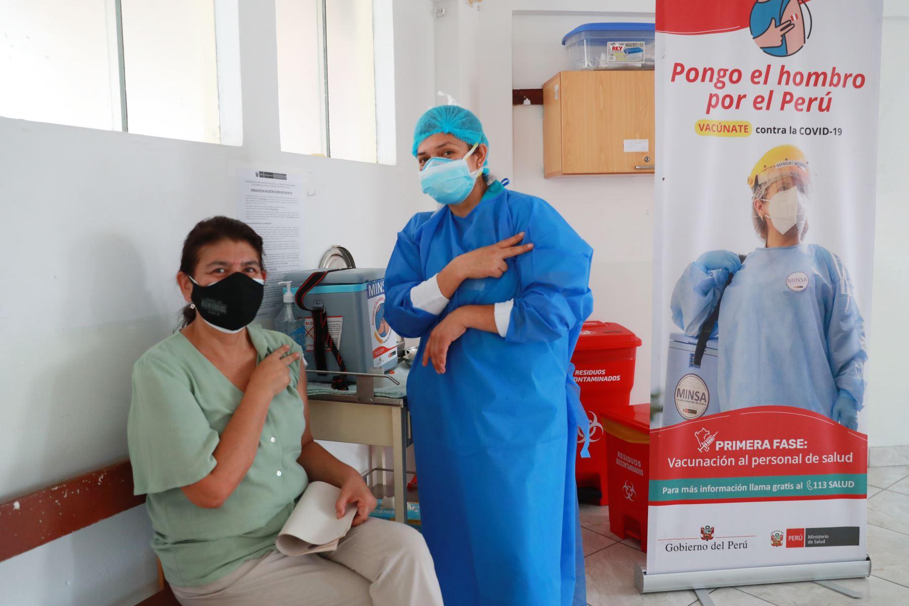 Personal de primera línea de las áreas de emergencia, unidad de cuidados intensivos, salas de operaciones y hospitalización del Hospital Nacional Arzobispo Loayza, completan su segunda vacuna contra el covid-19. Foto: ANDINA/Carla Patiño Ramírez