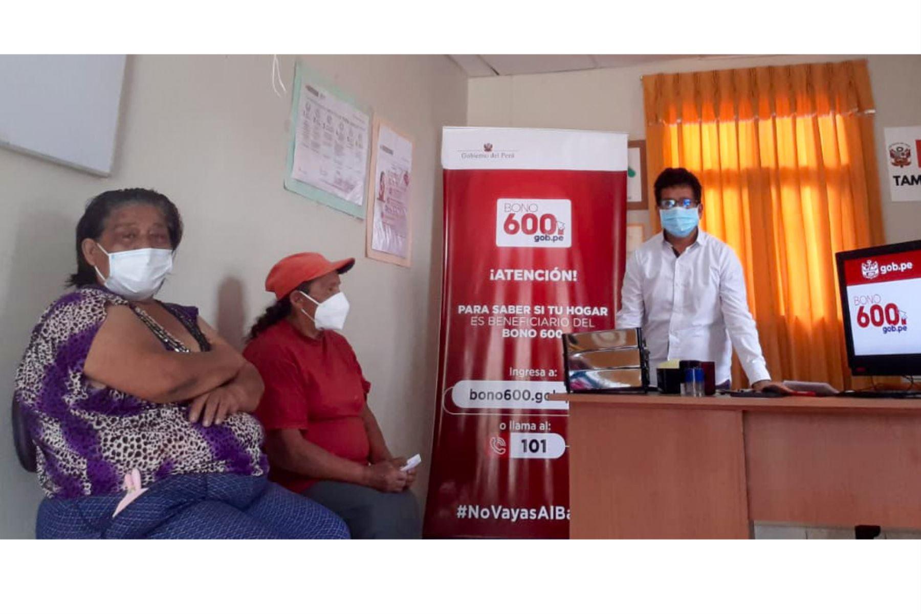 Población de zonas rurales reciben orientación sobre el Bono 600, en 176 Tambos ubicados en las regiones priorizadas. Foto: ANDINA/ Midis