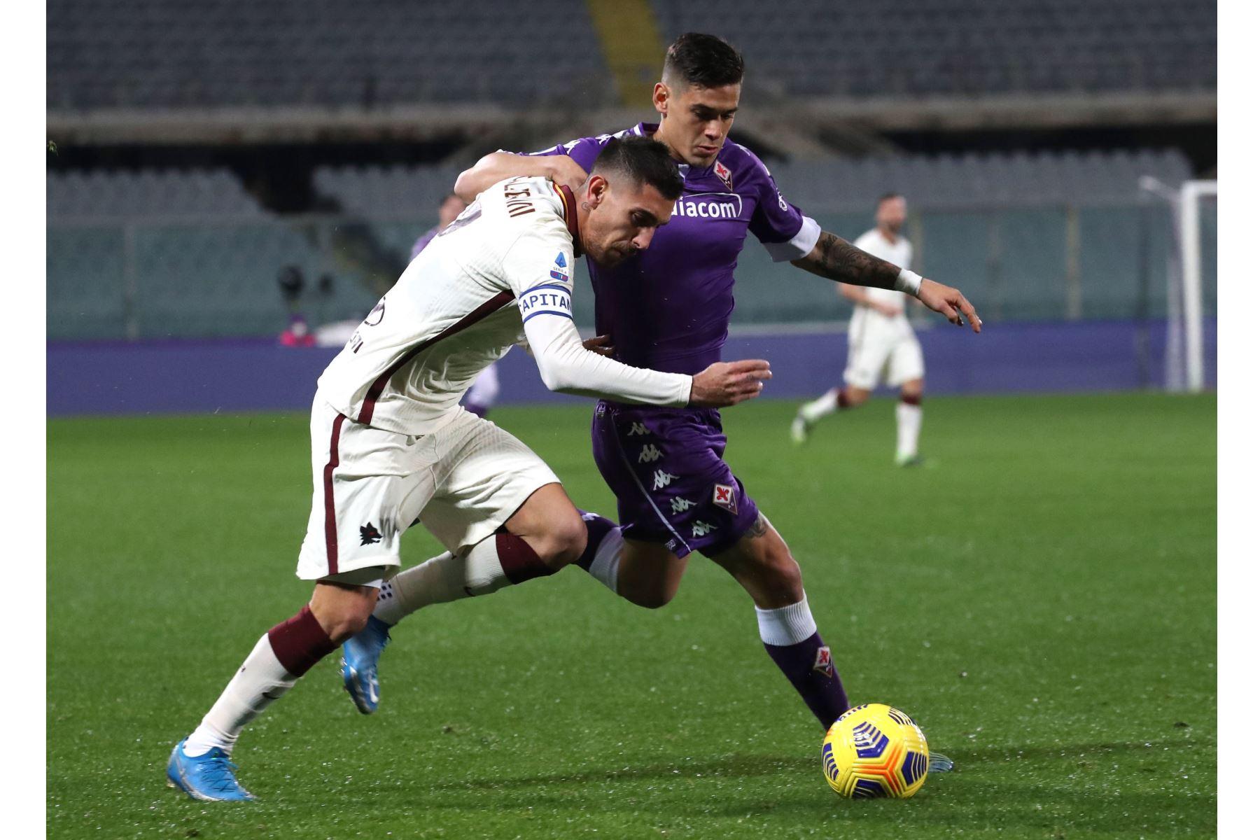 El centrocampista de la Roma Lorenzo Pellegrini compite por el balón con el defensor de la Fiorentina Lucas Martínez Quarta durante el partido de fútbol de la Serie A. Foto. EFE