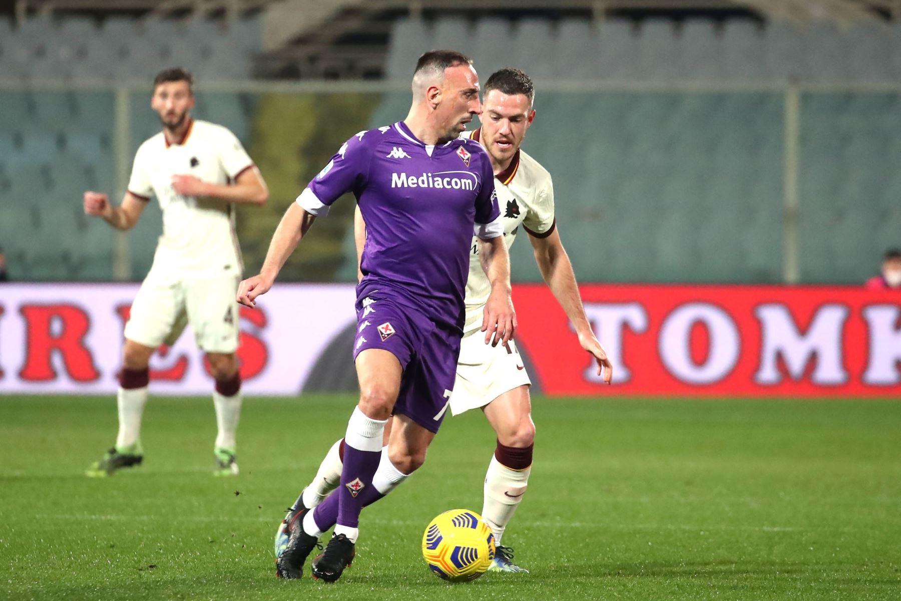 El centrocampista de la Fiorentina Franck Ribéry compite por el balón con el centrocampista de la Roma Jordan Veretout durante el partido de fútbol de la Serie A. Foto: EFE