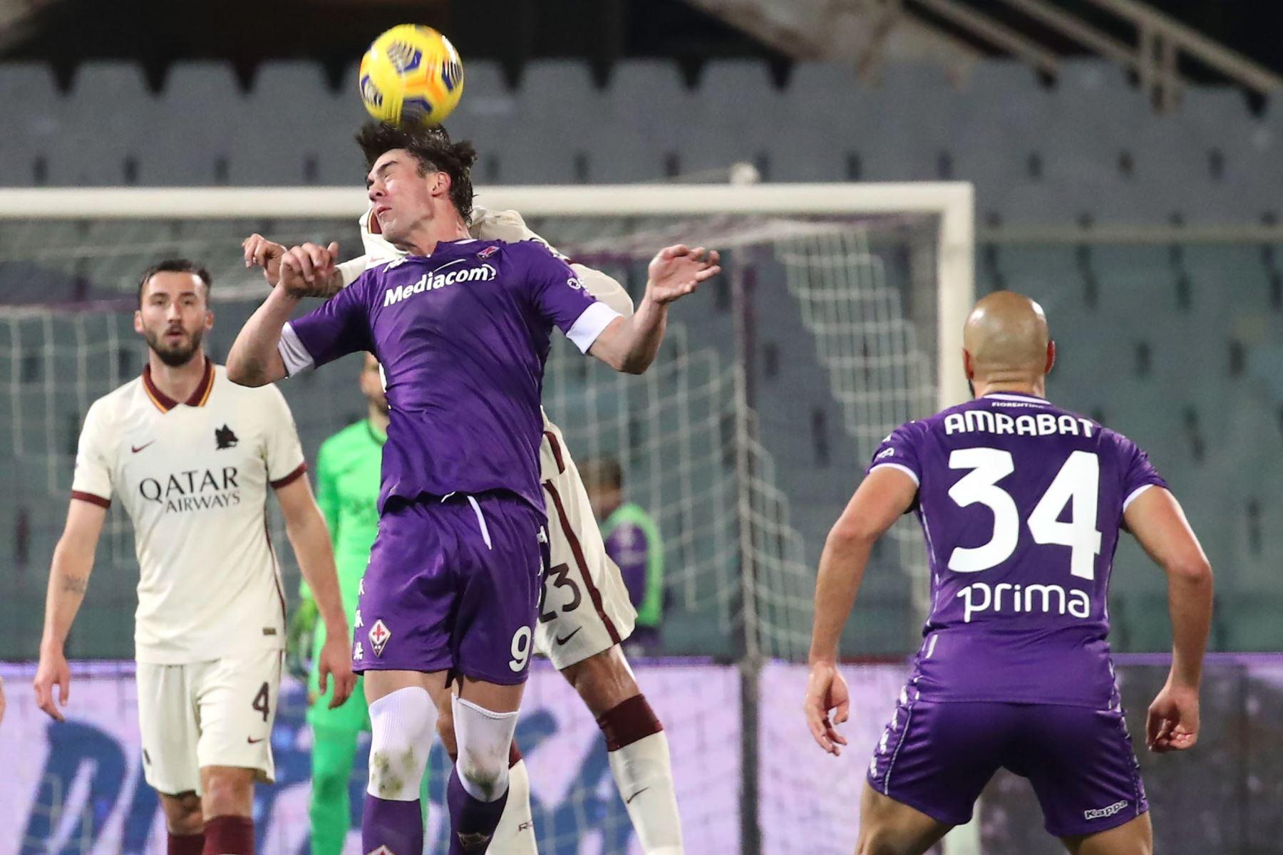 El delantero de la Fiorentina Dusan Vlahovic en acción durante el partido de fútbol de la Serie A. Foto: EFE