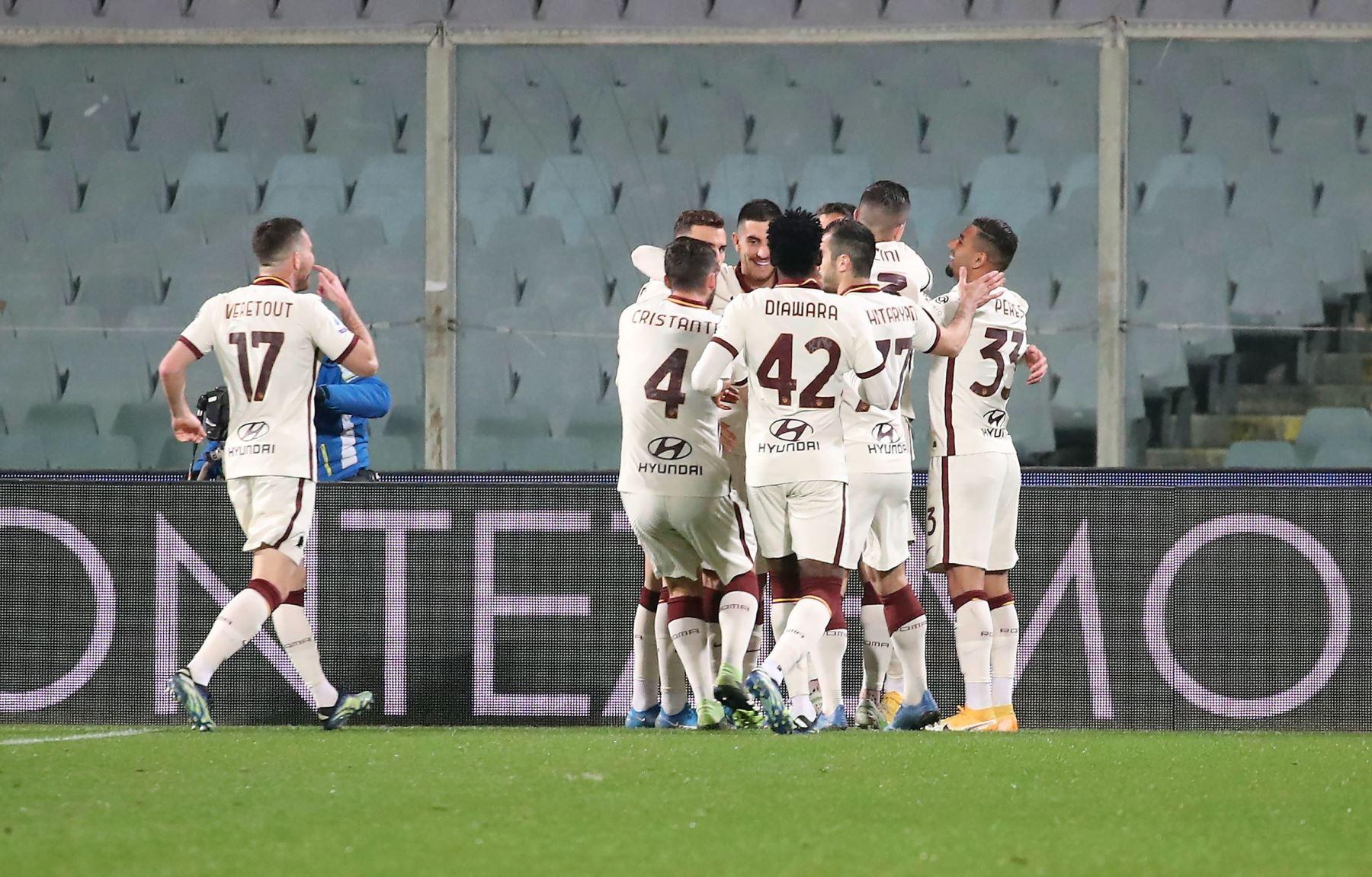 Los jugadores del AS Roma celebran tras anotar un gol a la Fiorentina durante el partido de fútbol de la Serie A en estadio Artemio Franchi. Foto: EFE