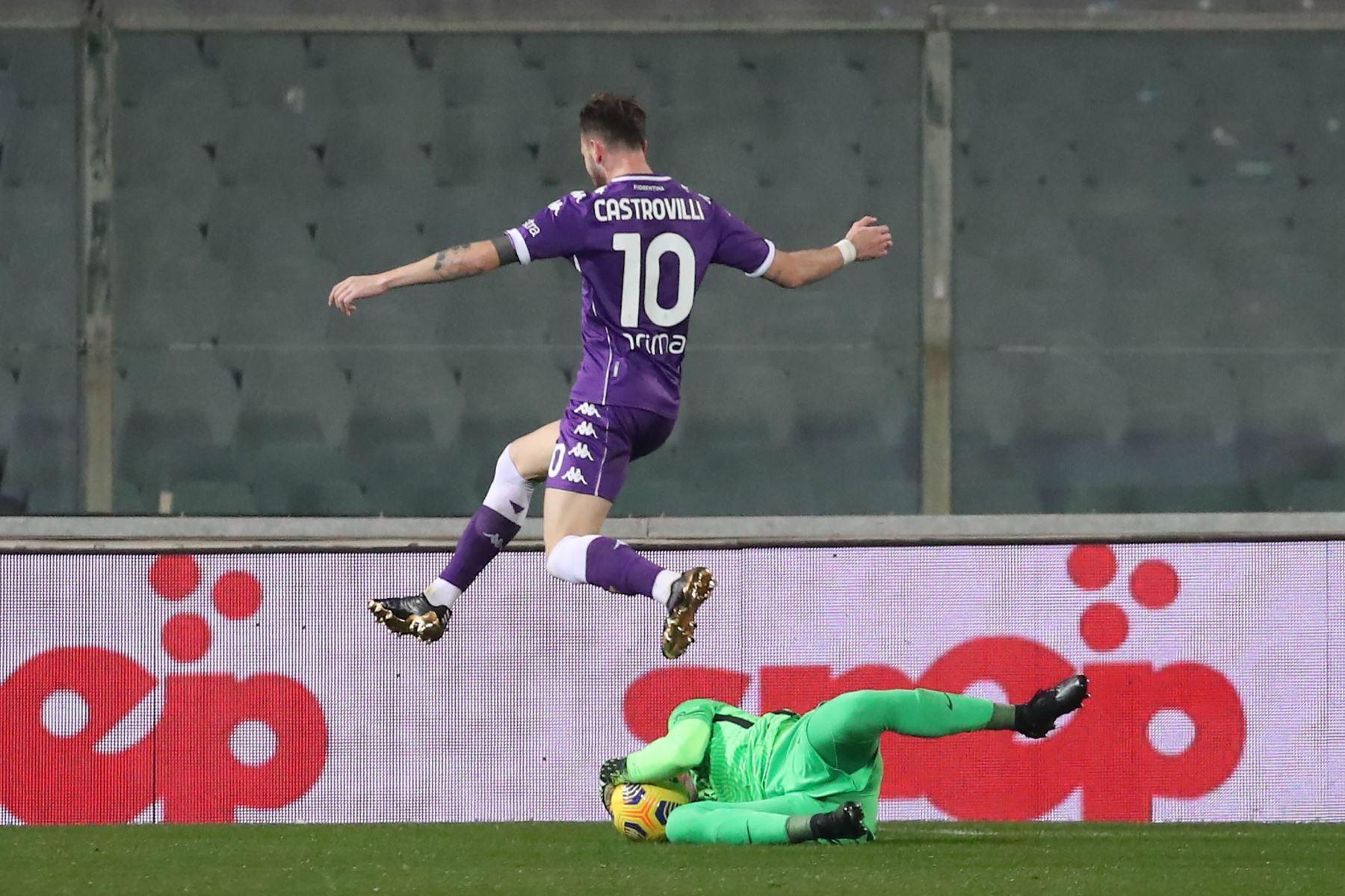 El centrocampista de la Fiorentina Gaetano Castrovilli contra el portero de la Roma Pau López durante el partido de fútbol de la Serie A italiana. Foto: EFE