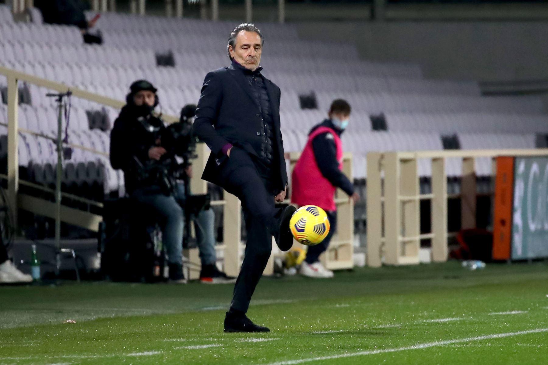 El entrenador de la Fiorentina, Cesare Prandelli, reacciona durante el partido de fútbol de la Serie A. Foto: EFE