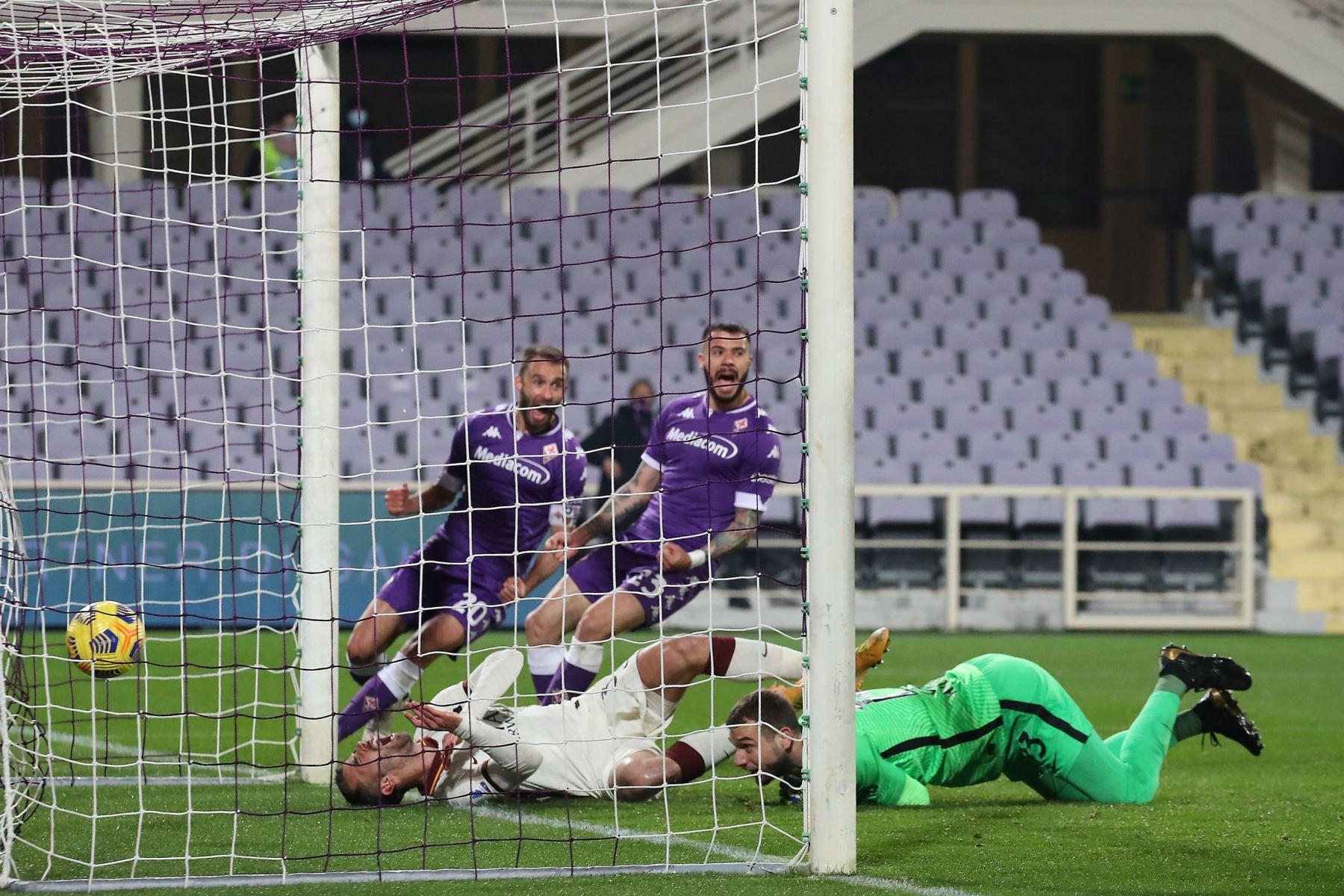 El defensor de la Roma Leonardo Spinazzola, marca un gol en propia meta durante el partido de fútbol de la Serie A italiana. Foto: EFE