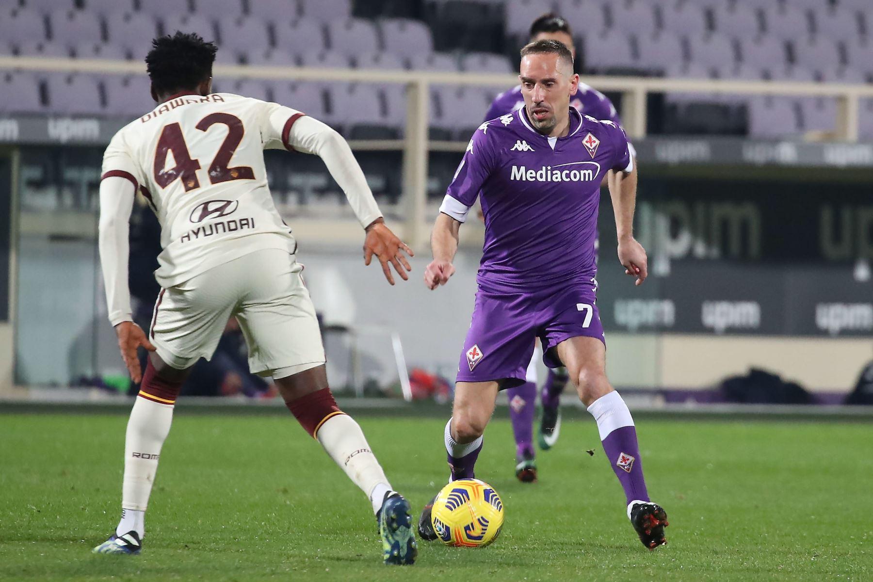 El centrocampista de la Fiorentina Franck Ribéry compite por el balón con el centrocampista de la Roma Amadou Diawara durante el partido de fútbol de la Serie A italiana. Foto: EFE