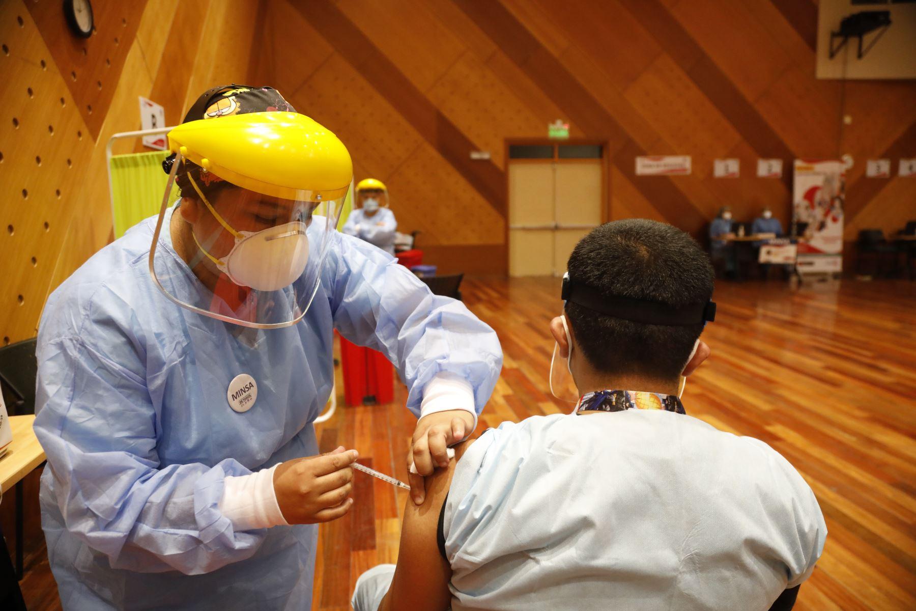Cientos de profesionales de la salud de hospitales de Lima Metropolitana empezaron a recibir hoy la segunda dosis de la vacuna contra la covid-19. El Minsa desplegó brigadas de vacunadores para aplicar el reforzamiento a la primera línea frente a la pandemia.  Foto: Minsa