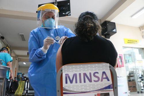 Cientos de profesionales de la salud de hospitales de Lima Metropolitana reciben la segunda dosis de vacuna contra la covid-19