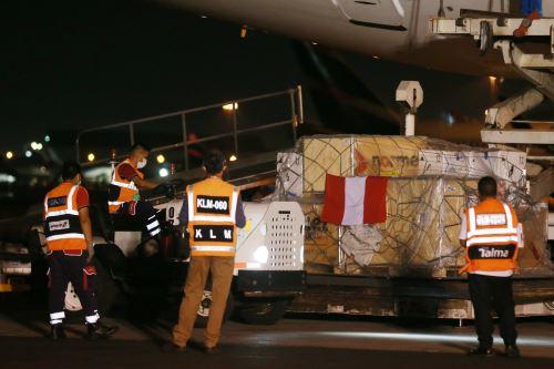 Aeronave con primer lote de vacunas Pfizer llegó al Perú