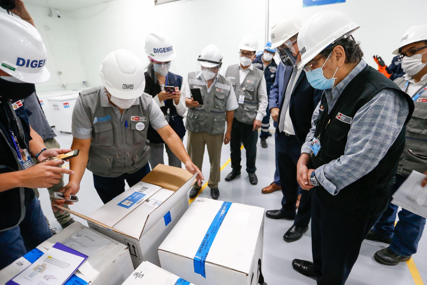 Ministro de Salud, Oscar Ugarte supervisa el almacenamiento de las vacunas de Pfizer contra la covid -19 en los almacenes de CENARES. Foto: Minsa