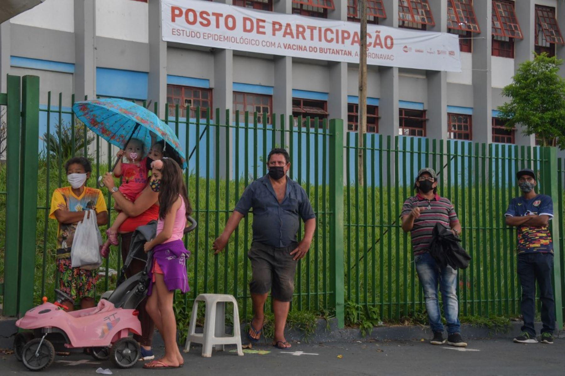 Los residentes hacen fila para recibir la vacuna Coronavac contra covid-19, en Serrana, a unos 323 km de Sao Paulo, Brasil. Foto: AFP