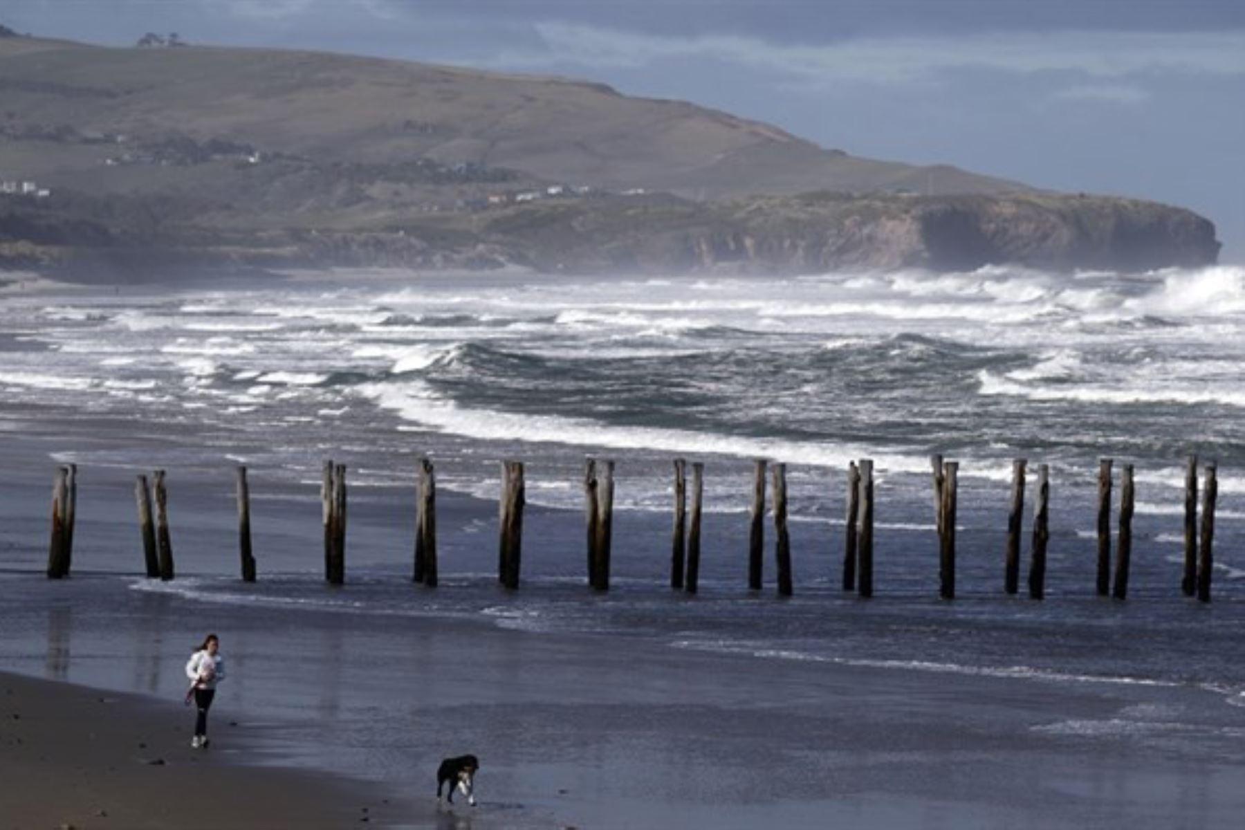 El jefe del Centro Nacional de Alerta de Tsunami de la Dirección de Hidrografia y Navegación, Moacid Feraldo Freitas, explicó que el incremento de la onda marina no superará los 20 centímetros, y que será imperceptible para la población. Foto: Efe.