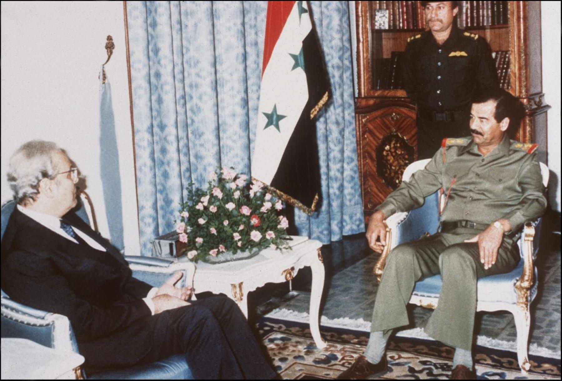 El presidente iraquí Saddam Hussein se reúne el 14 de septiembre de 1987 en Bagdad con el secretario general de las Naciones Unidas, Javiez Pérez de Cuéllar. De Cuellar estaba en Bagdad en una misión de paz sobre la guerra Irak-Irán de 1980-88. Foto: AFP