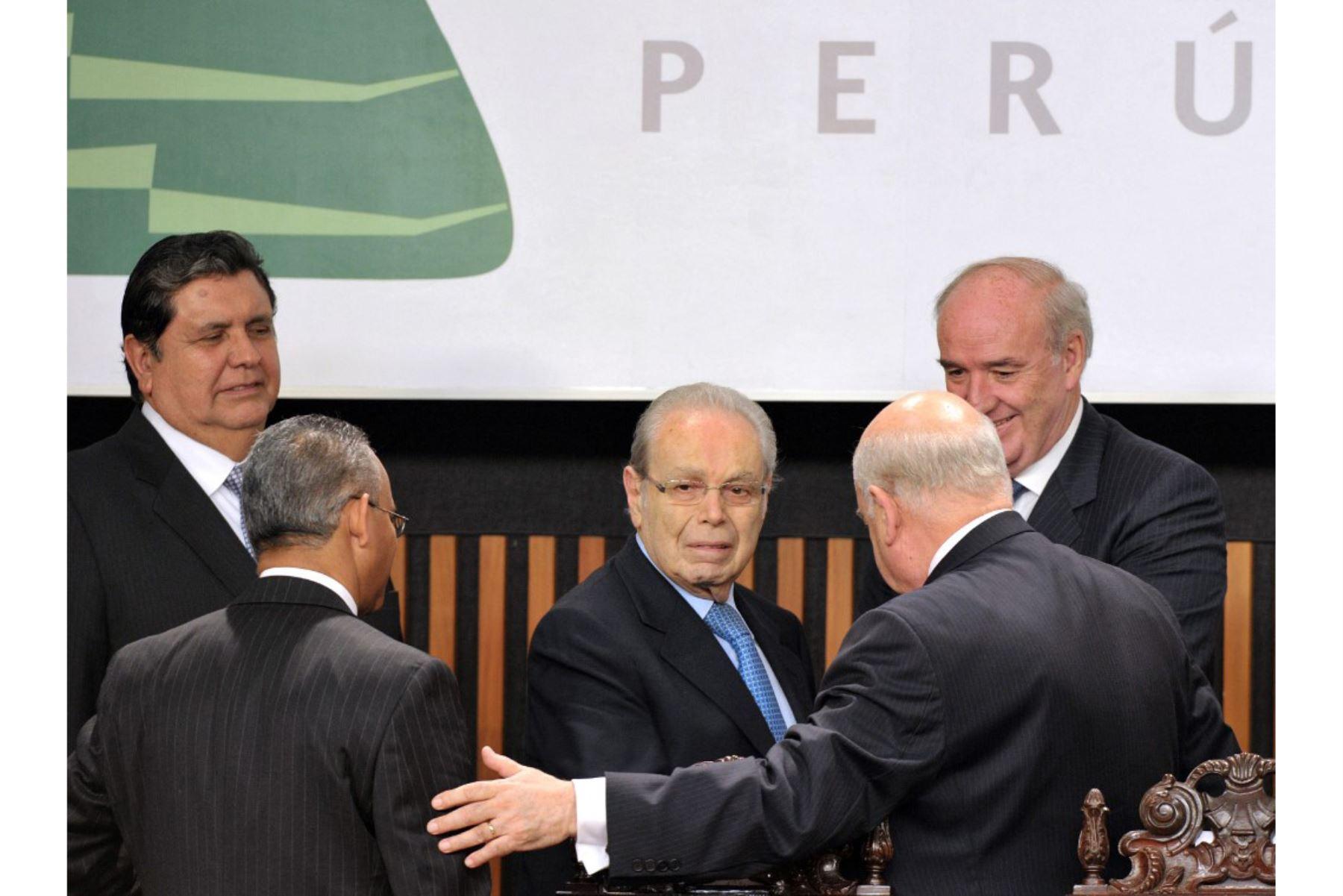 El diplomático peruano Javier Pérez de Cuéllar, quien se desempeñó como quinto Secretario General de las Naciones Unidas desde el 1 de enero de 1982 hasta el 31 de diciembre de 1991, es homenajeado durante la inauguración de la 40a Asamblea General de la OEA celebrada en el Museo Nacional en Lima, Perú, el 6 de junio de 2010. Foto: AFP