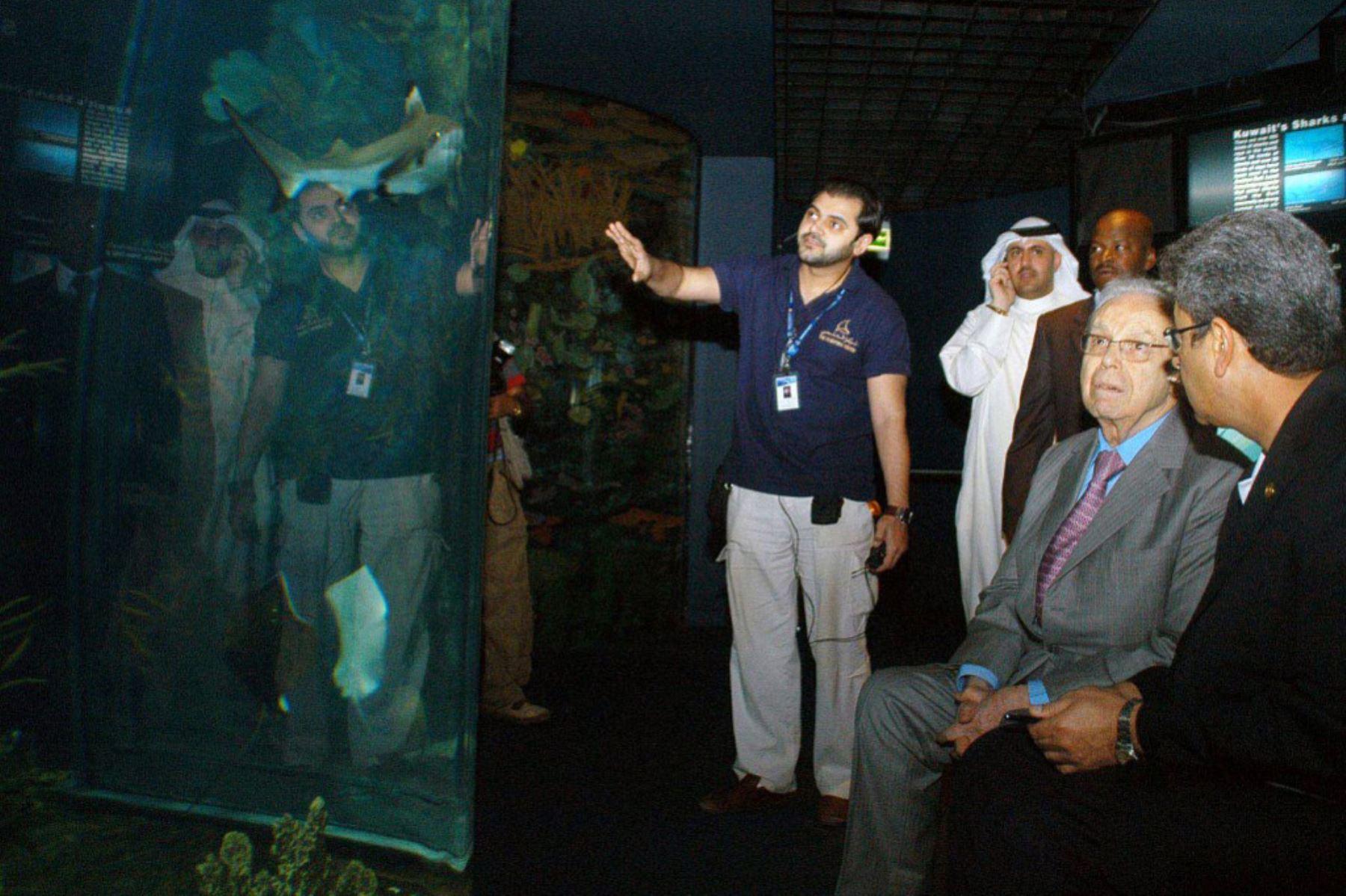 El exsecretario general de la ONU, Javier Pérez de Cuéllar de Perú (2 ° desde la derecha) visita el acuario del Centro Científico en la ciudad de Kuwait el 18 de marzo de 2007. Foto: AFP