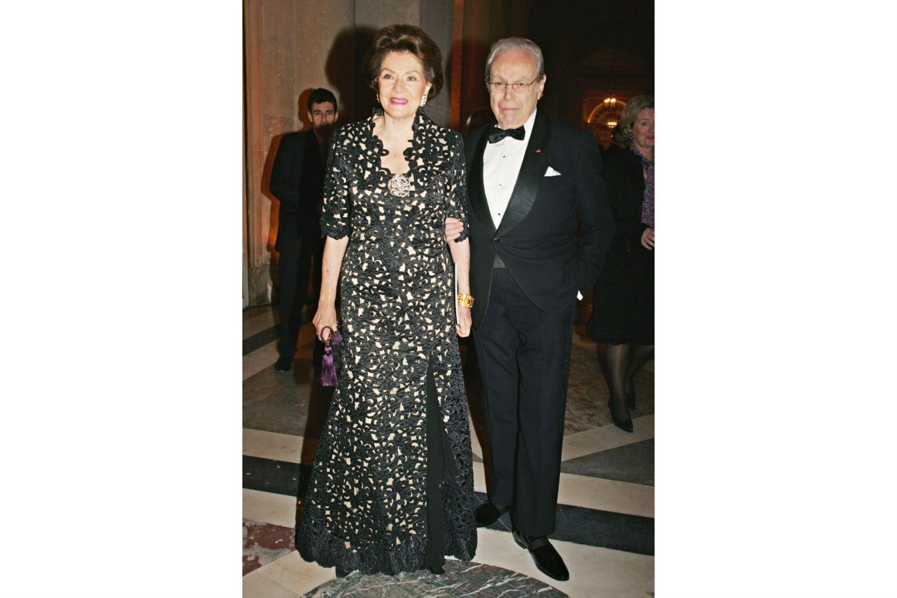 El exsecretario general de las Naciones Unidas, Javier Pérez de Cuéllar, de Perú, y su esposa (sin nombre) llegan el 6 de diciembre de 2004 para asistir a la 22ª edición de la Gala de la Fundación Abuso Infantil celebrada en el Castillo de Versalles, en las afueras de París. Foto: AFP