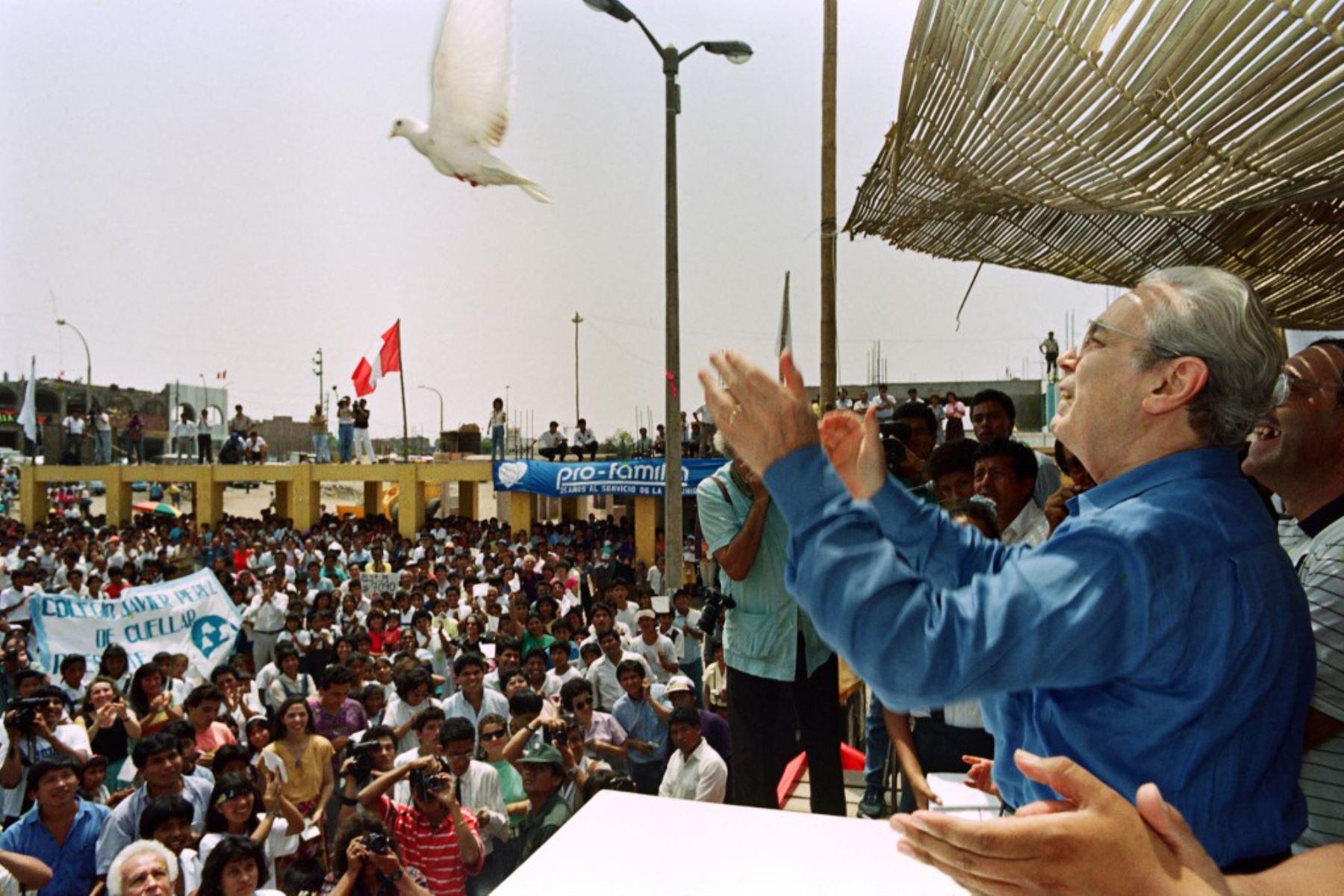 """El secretario general de las Naciones Unidas, Javier Pérez de Cuéllar, suelta una paloma blanca el 22 de enero de 1992 durante una ceremonia de homenaje a su """"alma mater"""" en Lima. Foto: AFP"""