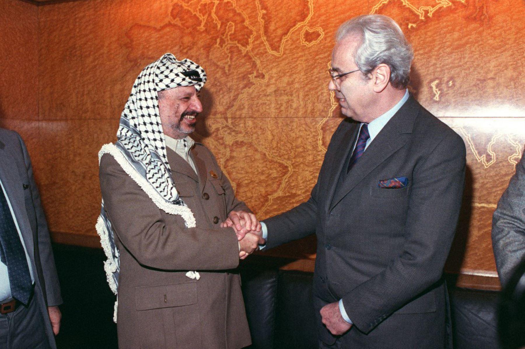 El líder de la Organización para la Liberación de Palestina (OLP), Yasser Arafat (izq.), Se reúne con el secretario general de las Naciones Unidas, Javier Pérez de Cuéllar, el 14 de diciembre de 1988, en Ginebra, en el segundo día de reunión sobre la cuestión de Palestina en la sede europea de la ONU en el Palacio de las Naciones. Foto: AFP