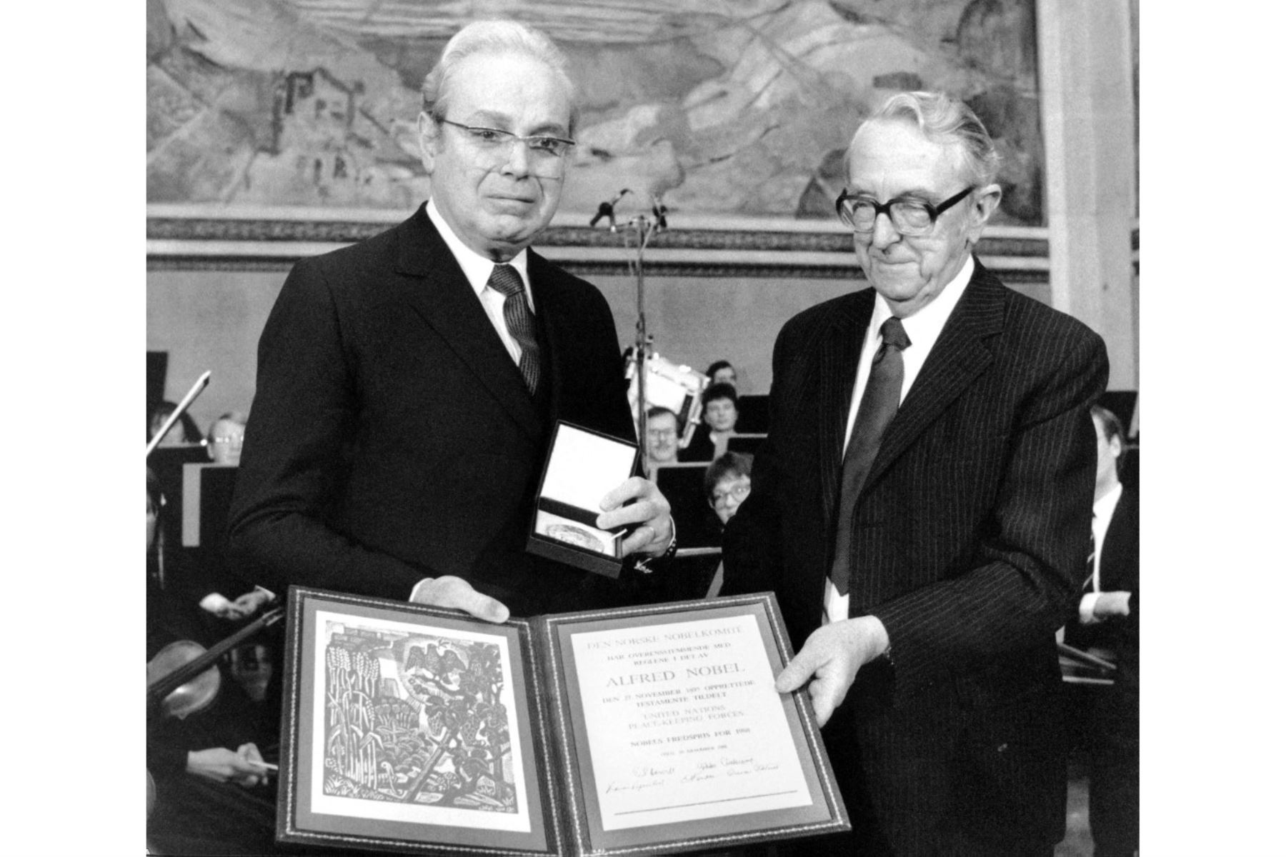 El secretario general de la ONU, Javier Pérez de Cuellar (izq.), y el presidente del comité del Premio Nobel de la Paz, Egil Aarvik, entregan el premio a las fuerzas de paz de la ONU el 10 de diciembre de 1998 en Oslo. Foto: AFP