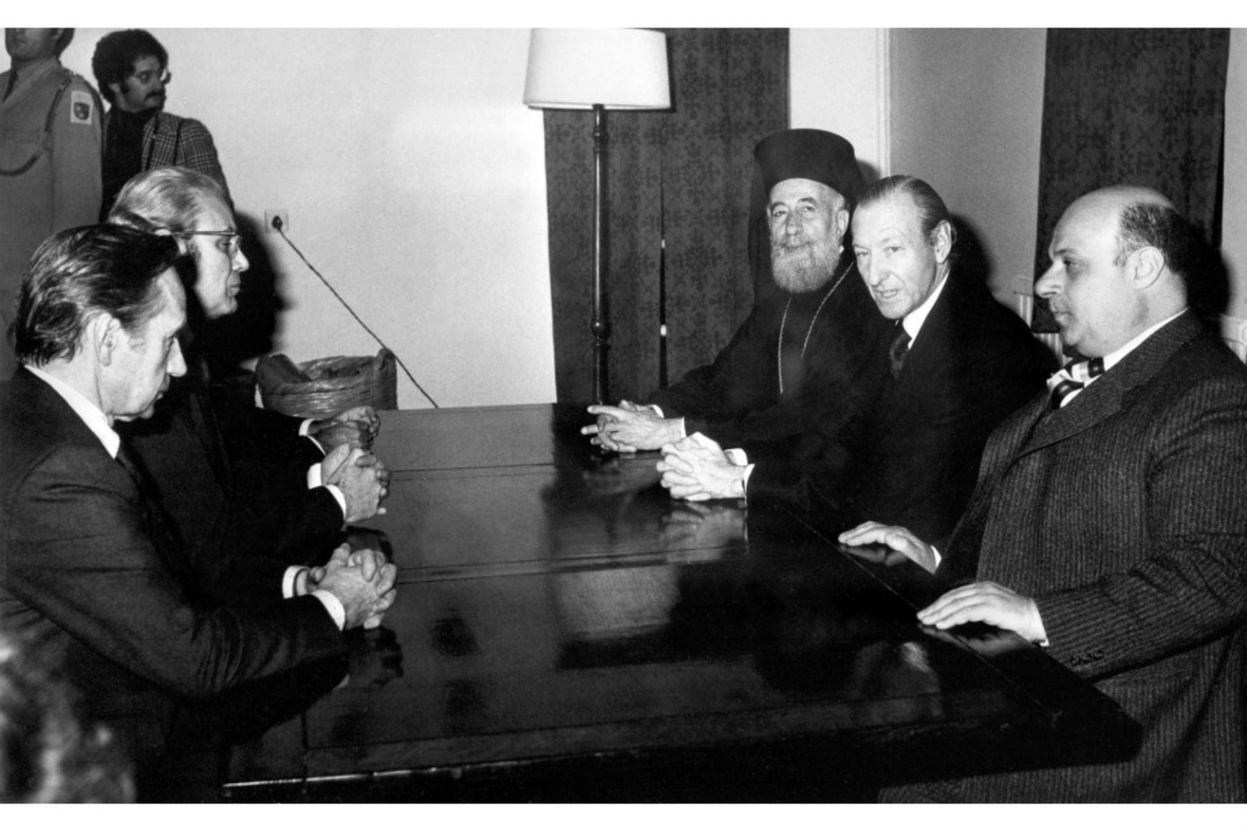 Kurt Waldheim, Secretario General de la ONU, asiste con el Presidente de la República de Chipre Mons. Makarios, el Presidente del Estado Federado de Turquía, Rauf Denktash y el Representante Especial de la Secretario General en Chipre Javier Pérez de Cuellar una sesión de trabajo al final de la cual se anunció la reapertura de las negociaciones entre las dos partes, en Nicosia, el 12 de febrero de 1977. Foto: AFP