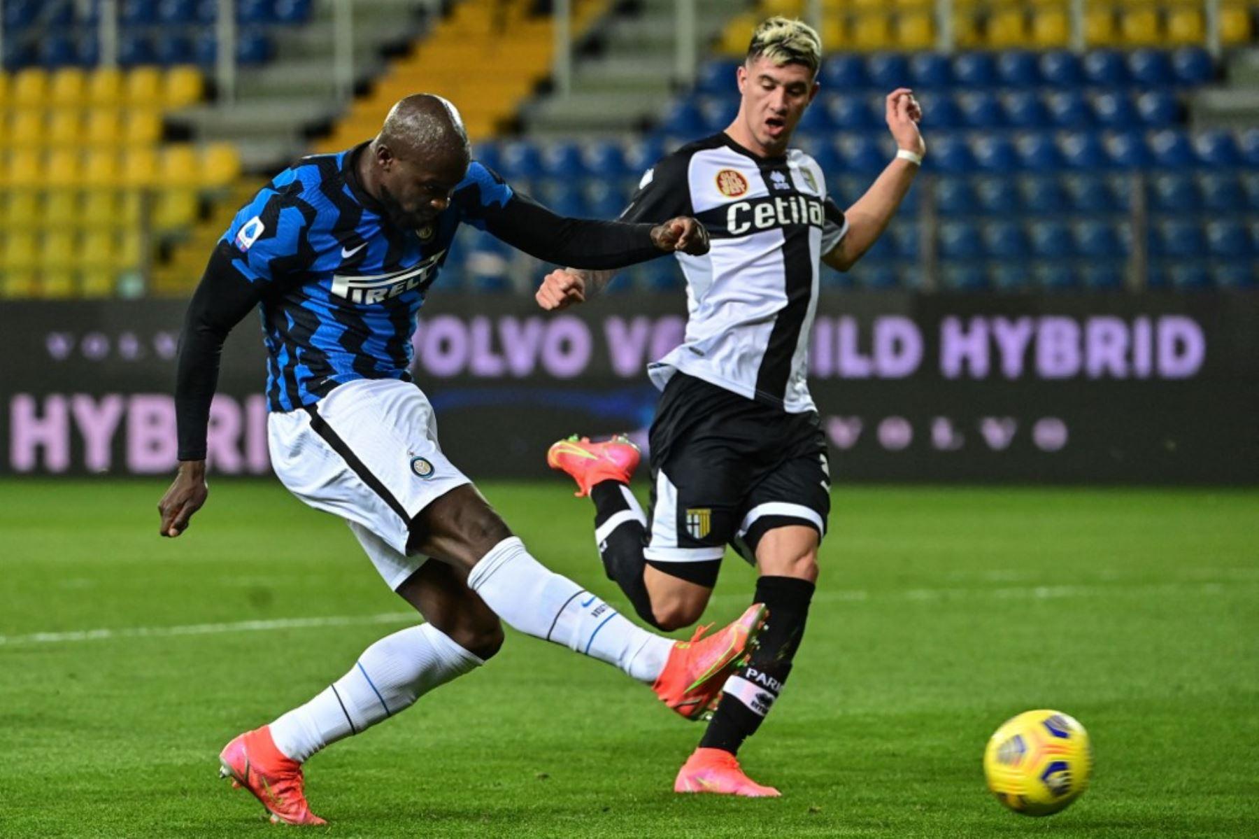 El delantero belga del Inter de Milán Romelu Lukaku dispara a portería a pesar del defensor argentino de Parma Lautaro Valenti (R) durante el partido de fútbol de la Serie A italiana Parma vs Inter de Milán el 04 de marzo de 2021 en el estadio Ennio-Tardini de Parma. Foto: AFP