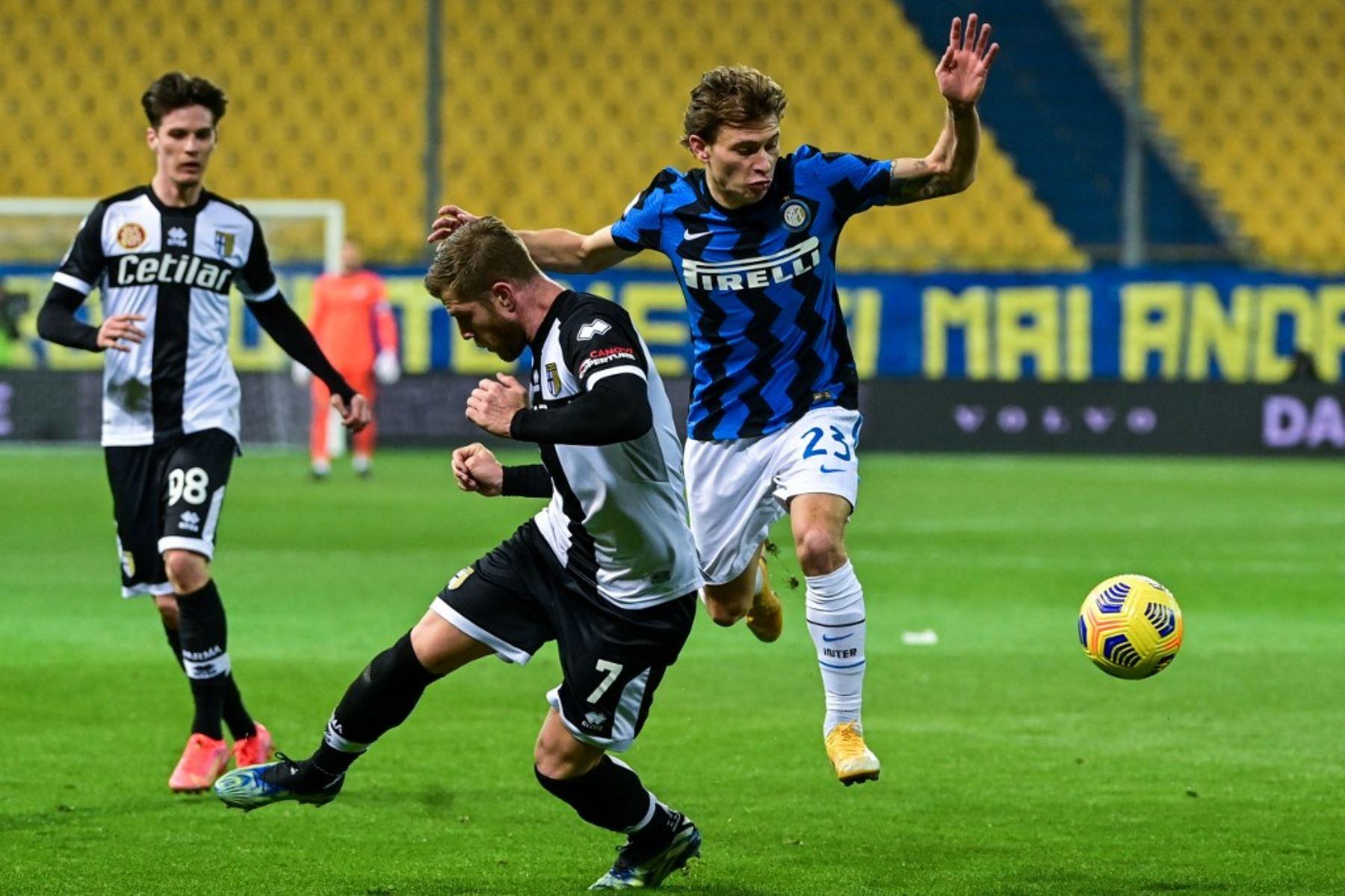 El centrocampista italiano del Inter de Milán Nicolo Barella (R) y el defensor italiano sueco de Parma Riccardo Gagliolo van por el balón durante el partido de fútbol de la Serie A italiana Parma vs Inter de Milán el 04 de marzo de 2021 en el estadio Ennio-Tardini de Parma. Foto: AFP