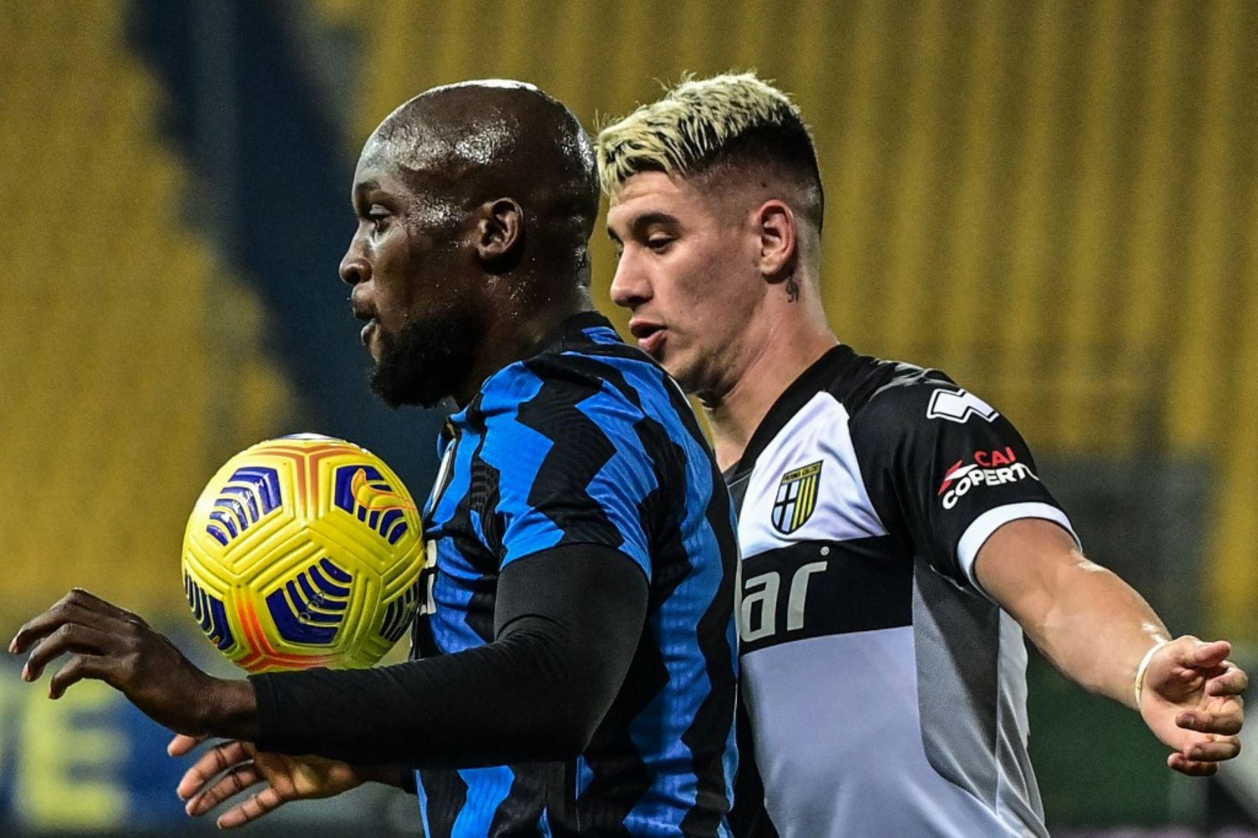 Avance belga del Inter de Milán Romelu Lukaku (L) pecho controla el balón delante del defensor argentino de Parma Lautaro Valenti durante el partido de fútbol de la Serie A italiana Parma vs Inter de Milán el 04 de marzo de 2021 en el estadio Ennio-Tardini de Parma. Foto: AFP