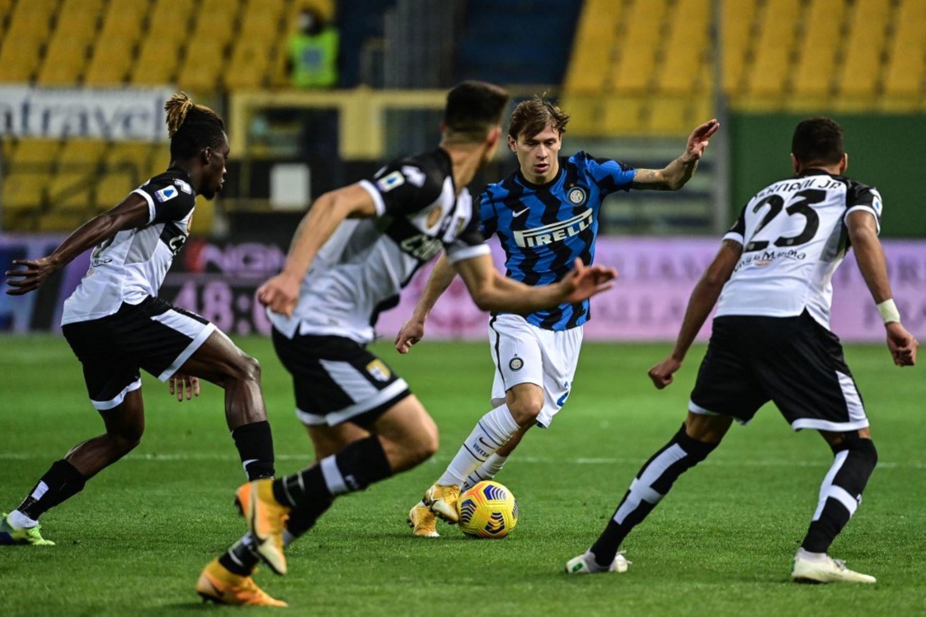 El centrocampista italiano del Inter de Milán Nicolo Barella desafía al defensor brasileño de Parma Hernani (R) durante el partido de fútbol de la Serie A italiana Parma vs Inter de Milán el 04 de marzo de 2021 en el estadio Ennio-Tardini de Parma. Foto: AFP