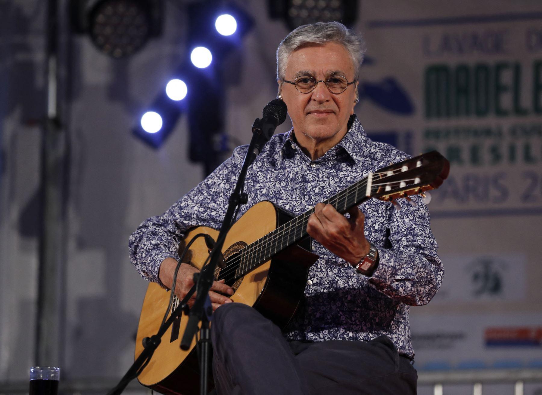 Veloso, de 78 años, recibió en un centro médico de Río de Janeiro la primera dosis de la vacuna desarrollada por la Universidad de Oxford y el laboratorio AstraZeneca. Foto: AFP