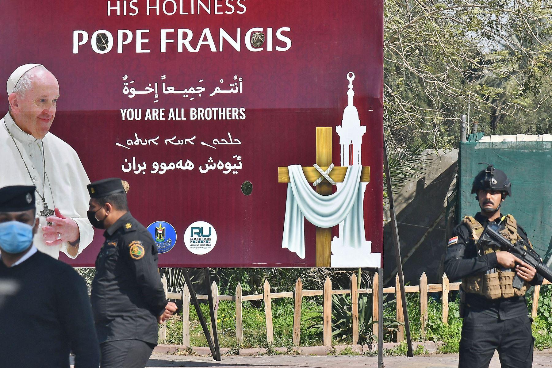 El Papa Francisco comenzó su histórico viaje a Irak marcado por la guerra, desafiando las preocupaciones de seguridad y la pandemia del coronavirus para consolar a una de las comunidades cristianas más antiguas y perseguidas del mundo. Foto: AFP