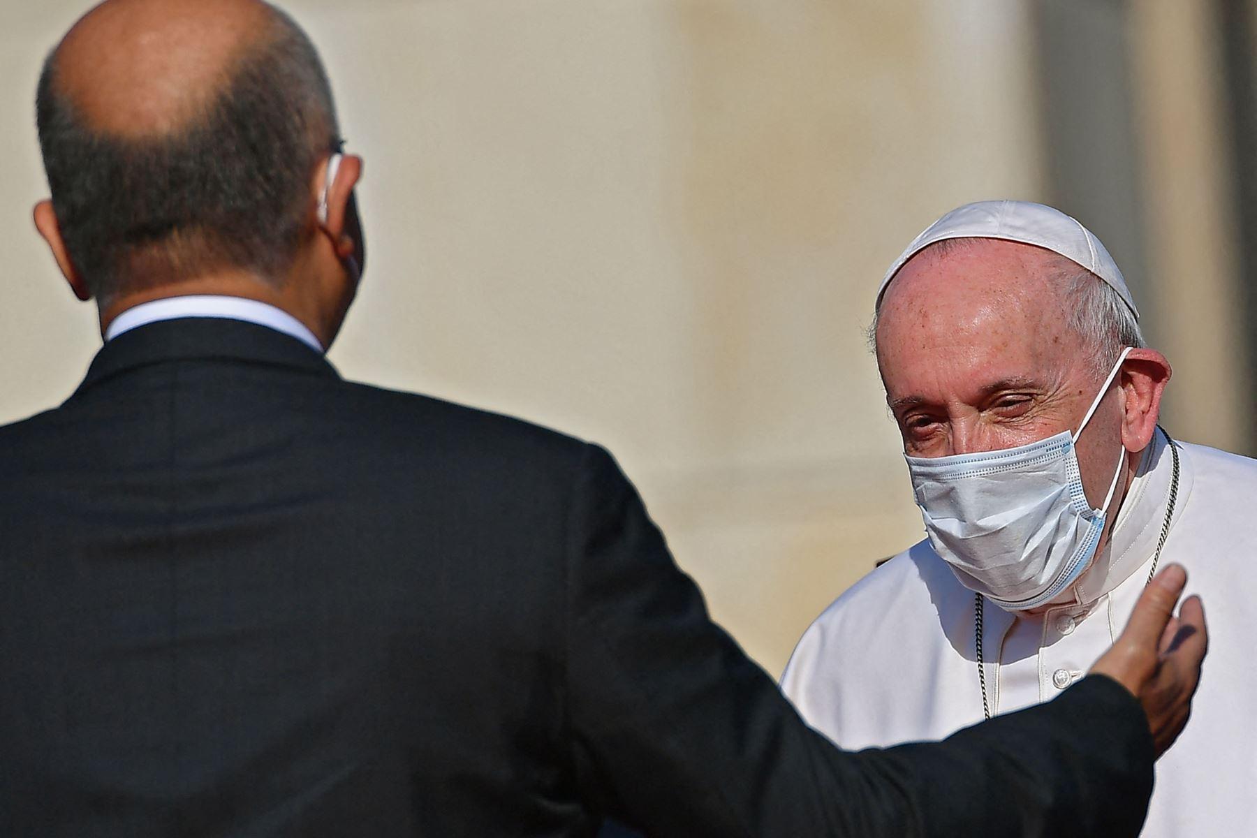 El Papa Francisco es recibido por el presidente iraquí Barham Saleh, durante la primera visita papal a Irak. Foto: AFP