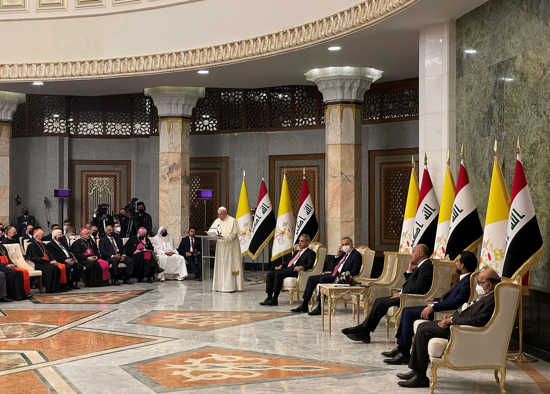 El presidente iraquí Barham Saleh y otros funcionarios iraquíes escuchan el discurso del Papa Francisco en el palacio presidencial en la Zona Verde de Bagdad. Foto: AFP