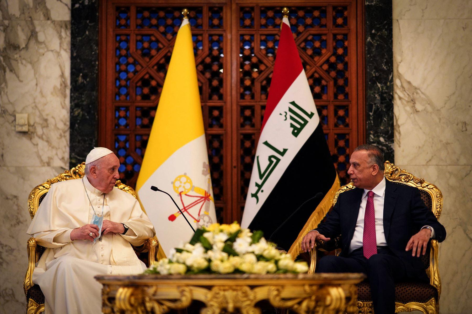 El primer ministro de Irak, Mustafa al-Kadhemi (derecha), da la bienvenida al Papa Francisco en la sala VIP del aeropuerto de Bagdad. Foto: AFP