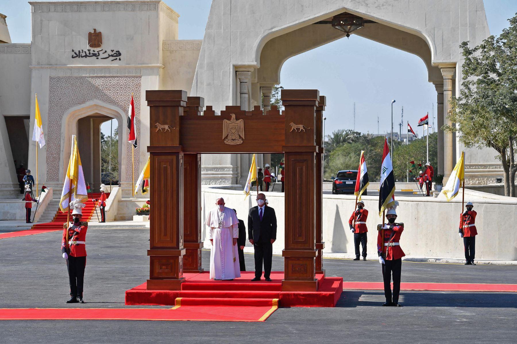 Una imagen divulgada por los medios del Vaticano muestra al presidente iraquí Barham Saleh dando la bienvenida al Papa Francisco en el palacio presidencial en la Zona Verde de Bagdad. Foto: AFP