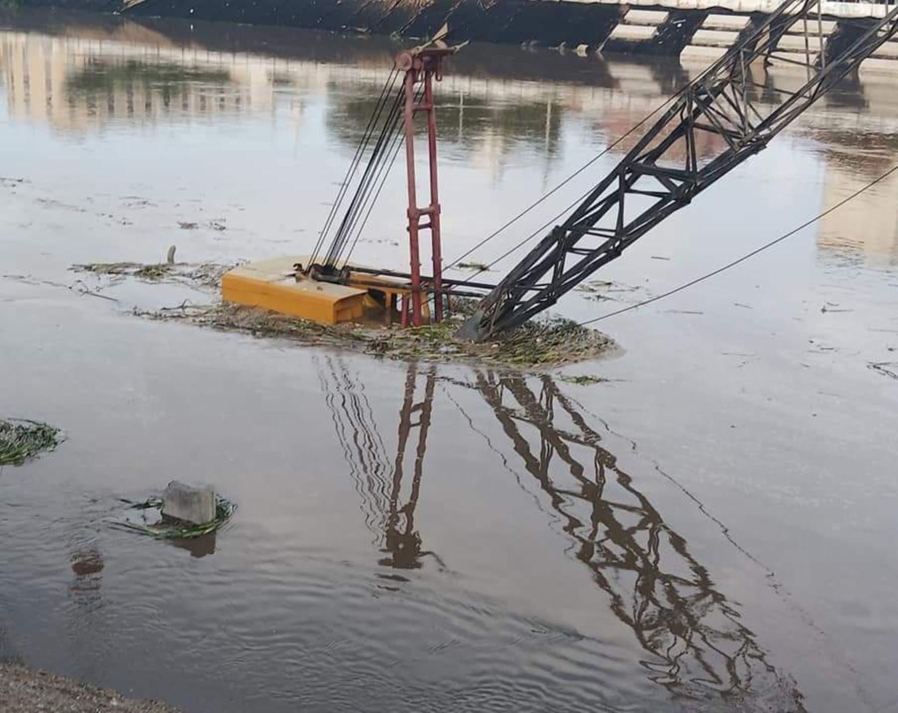 El río Piura registró esta mañana un sorpresivo aumento de caudal a causa de las lluvias intensas y ese evento provocó que fuera arrasada la maquinaria pesada que se encontraba en el cauce. Foto: Noticias Piura 3.0/Facebook