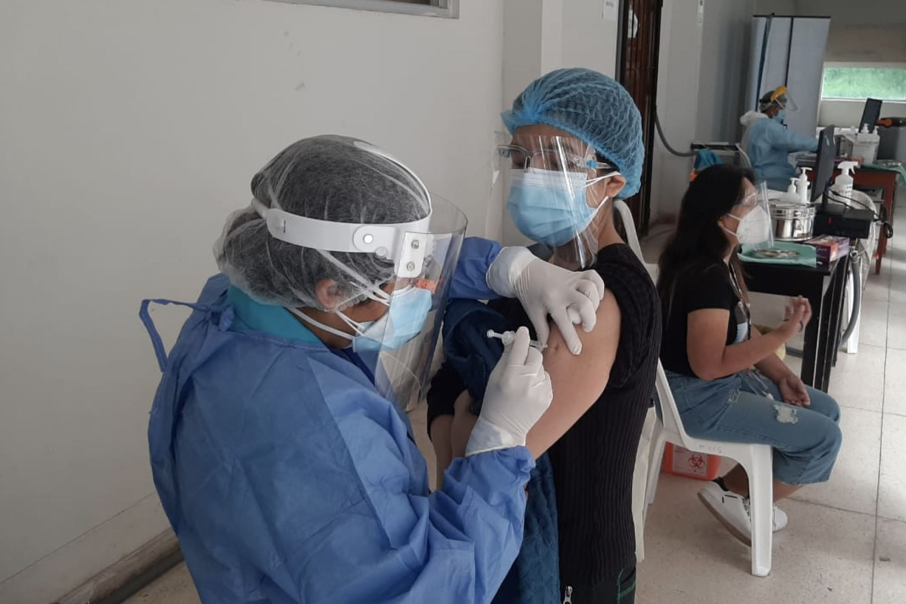 Con emoción y esperanza, personal asistencial de EsSalud Cusco, recibe a partir de hoy la segunda dosis de la vacuna de Sinopharm contra la Covid-19. Foto: ANDINA/Difusión