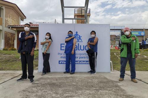 EsSalud aplica segunda dosis de la vacuna contra la Covid-19 a todo su personal de salud en Cusco