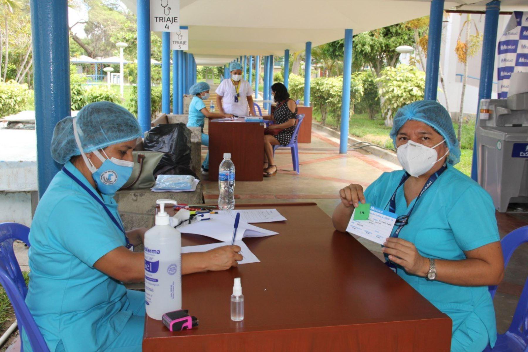 Vacunación contra el covid-19 al personal de EsSalud en la región Cusco. Foto: ANDINA/Difusión