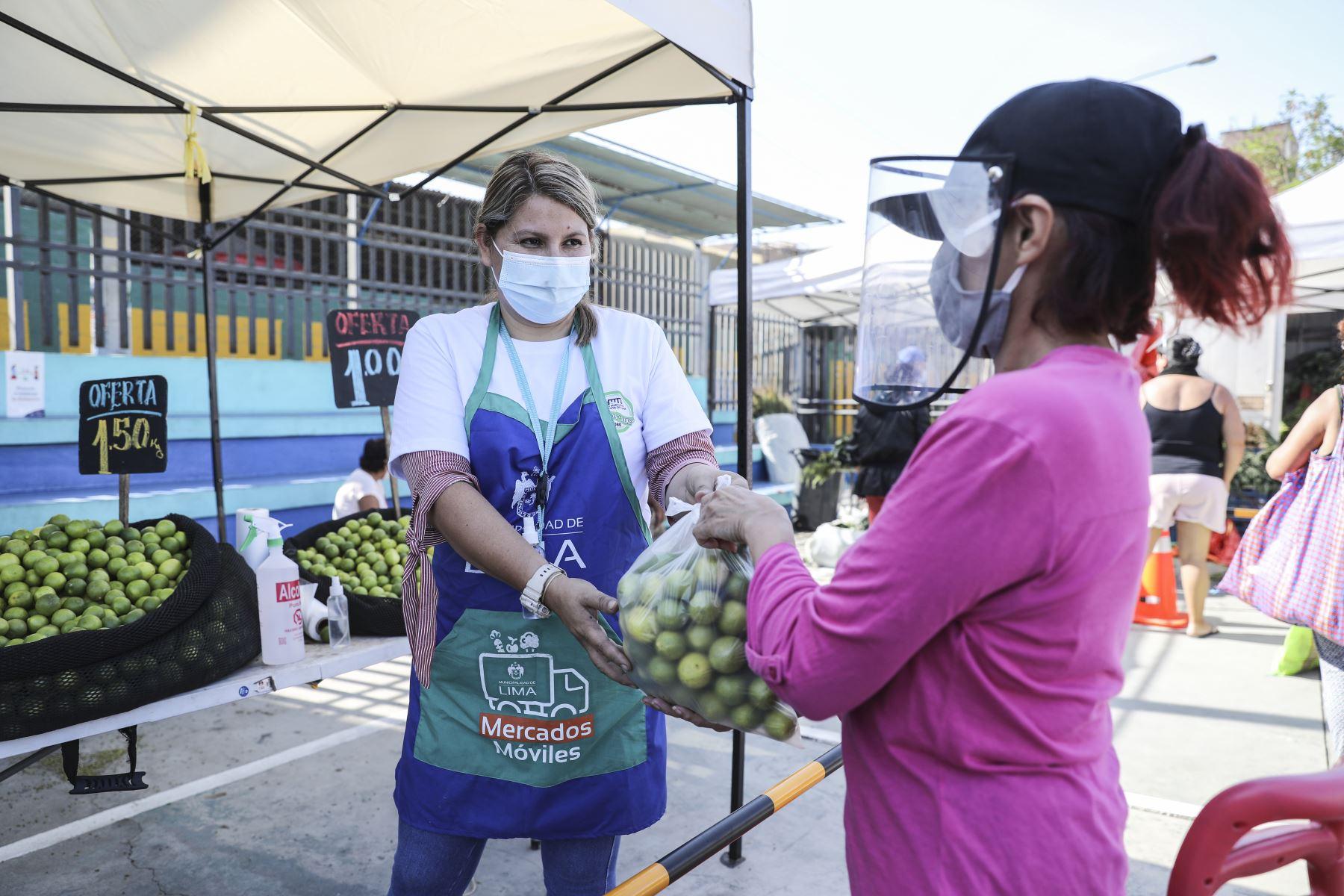 A fin de continuar facilitando el abastecimiento de las familias limeñas durante la segunda ola de COVID-19, el Mercado Móvil de la Municipalidad de Lima llegó al Cercado con 15 toneladas de alimentos a precios accesibles. Foto: ANDINA/Municipalidad de Lima