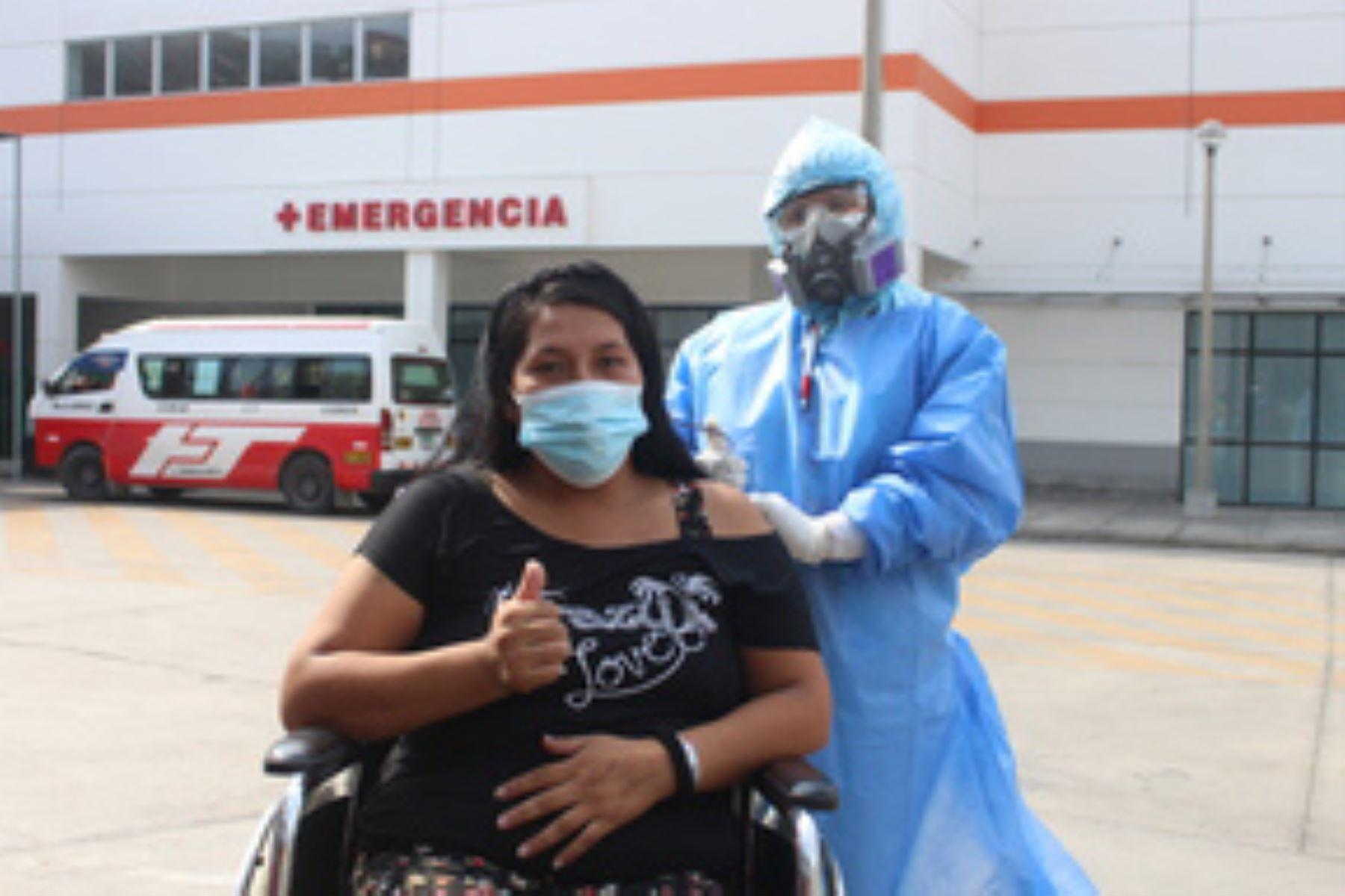 El 1 de marzo, la feliz Carmen dejó el hospital y se reencontró con su esposo y sus hijos. Foto: ANDINA/Minsa