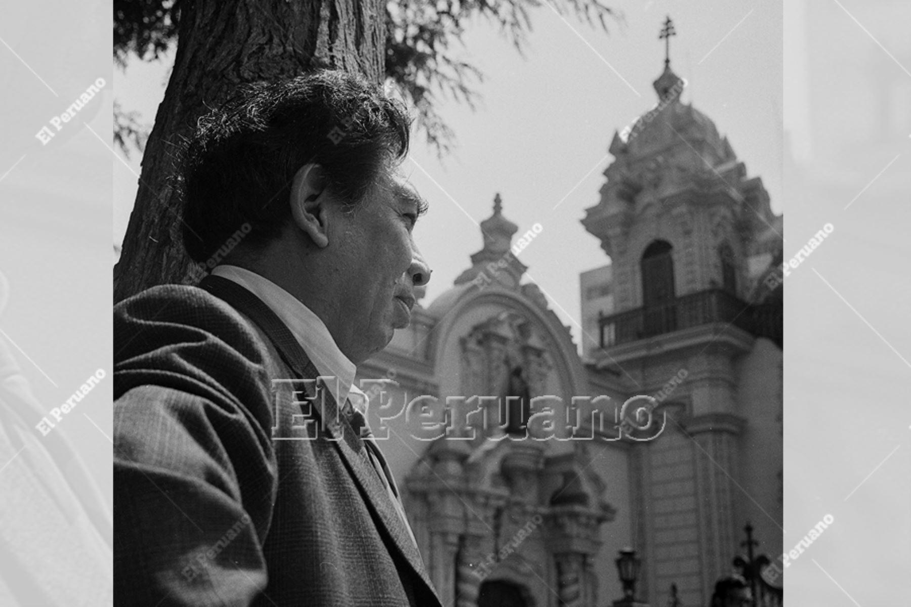 Lima - 22 marzo 1975 / Entrevista al pintor Víctor Humareda frente al convento de San Francisco.  Foto: Archivo Histórico de EL PERUANO / Leoncio Mariscal