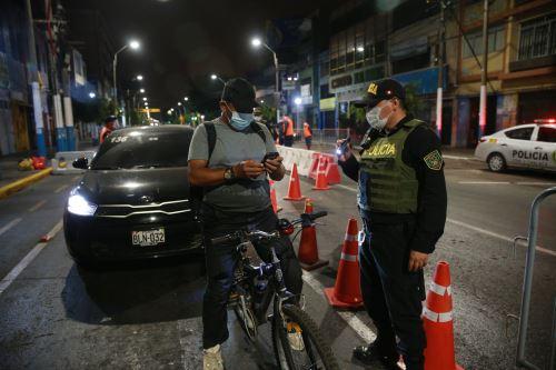Control policial durante el toque de queda por covid-19. ANDINA/Jhony Laurente