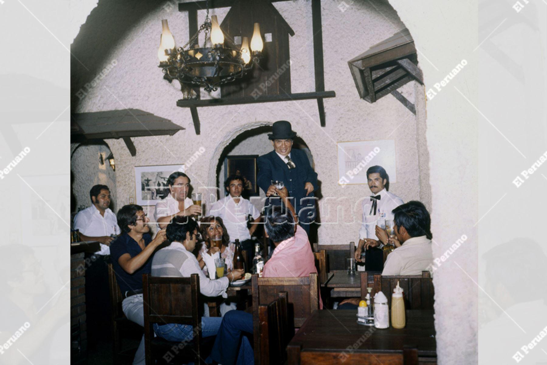 Lima - década 1980 / Pintor Víctor Humareda en el bar café Bon Buffet.  Foto: Archivo Histórico de EL PERUANO