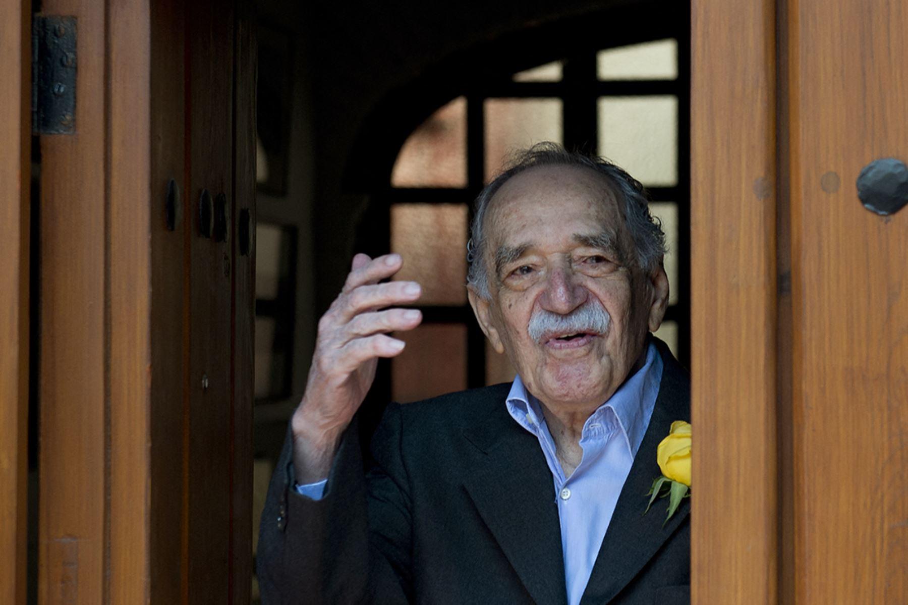 El escritor y periodista ganador del premio Nobel de Literatura, Gabriel García Márquez, saluda al salir de su casa para encontrarse con la prensa el día de cumpleaños, en la Ciudad de México, el 6 de marzo de 2014.  Foto: AFP