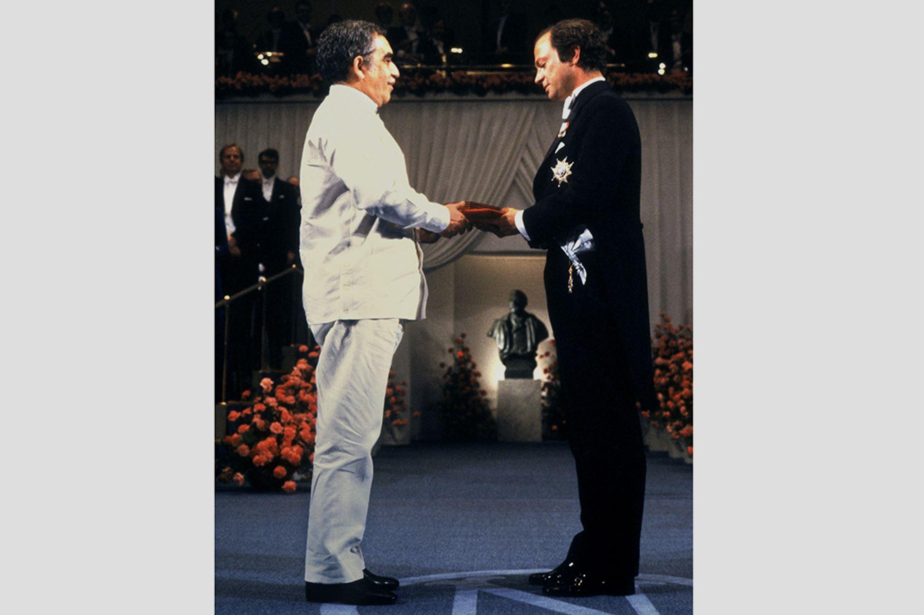 El escritor colombiano Gabriel García Márquez  recibe el Premio Nobel de Literatura el 10 de diciembre de 1982 en Estocolmo.  Foto. AFP