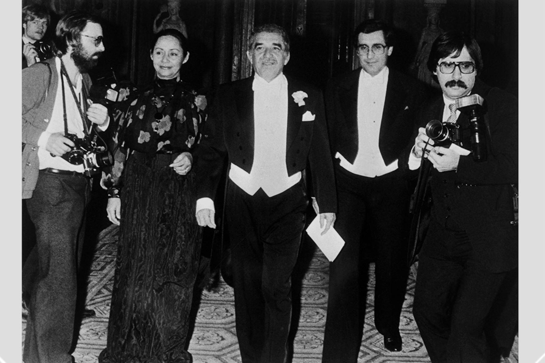 El escritor colombiano Gabriel García Márquez, premio Nobel de Literatura, posa acompañado por su esposa Mercedes Barcha y el ministro de Educación de Colombia, Jaime Arias Ramírez, el 11 de diciembre de 1982, en Estocolmo.  Foto: AFP