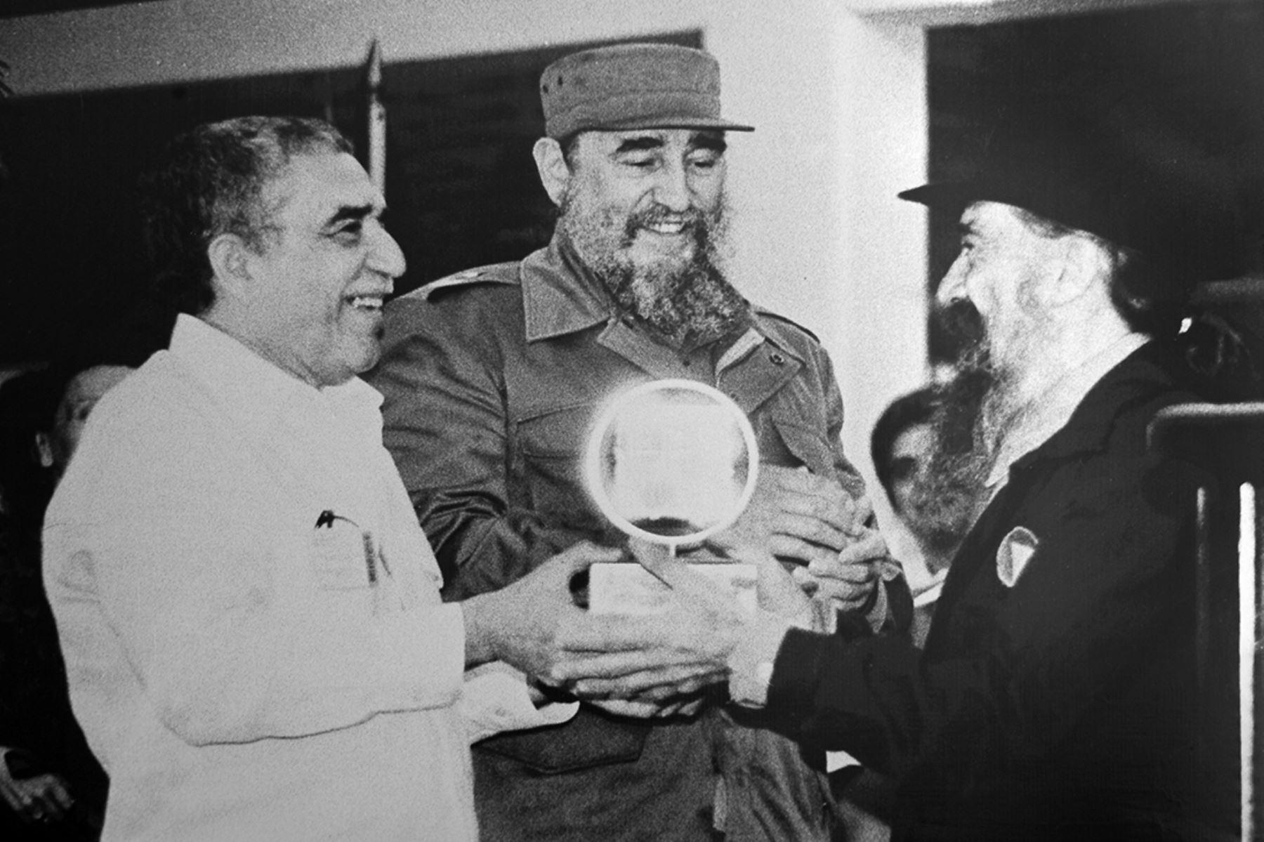 Esta imagen de archivo del 15 de diciembre de 1986 muestra al ex presidente cubano Fidel Castro, al Premio Nobel de Literatura Gabriel García Márquez  y al director de cine Fernando Birri  durante la inauguración de la Escuela Internacional de Cine en San Antonio de los Baños, provincia de La Habana.  Foto: AFP