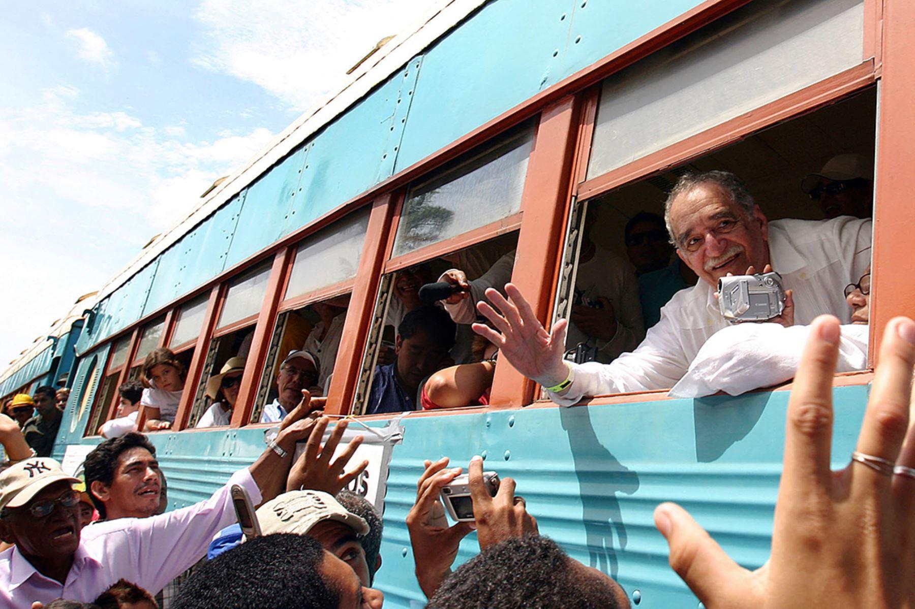 Gabriel García Márquez se asoma por la ventana del tren al llegar a su ciudad natal Aracataca, Colombia, el 30 de mayo de 2007.  Foto: AFP
