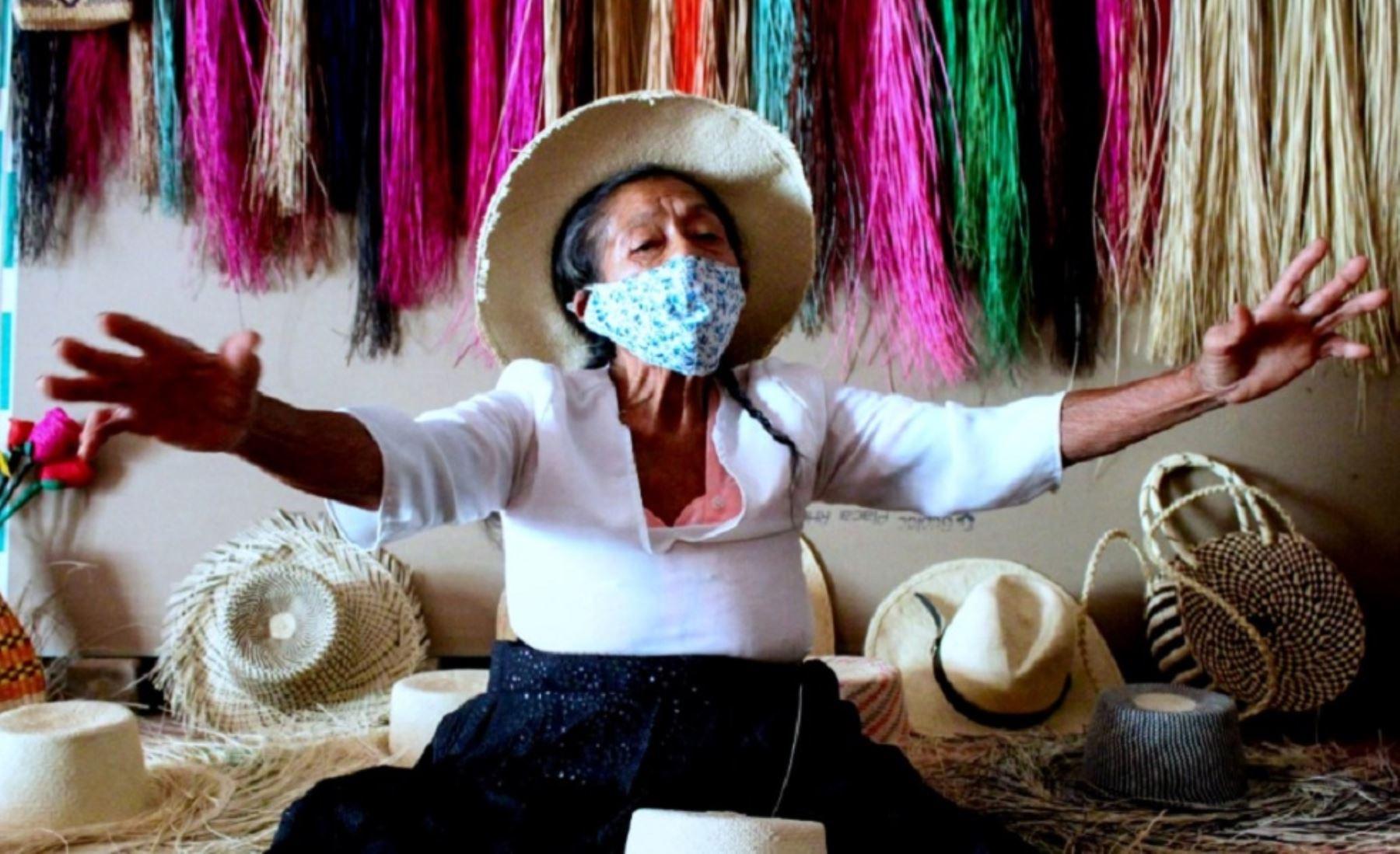 María Felipa Villegas Sandoval es piurana y maestra en el arte de la fabricación de los conocidos sombreros de paja toquilla, que elabora a mano en el pueblo de Pedregal Grande, en Catacaos. Con este saber, heredado de su abuela y su madre, ha ganado muchos premios. Hoy comparte la tradición de tejer con sus hijas y nietas gracias a la iniciativa Saberes Productivos de Pensión 65, del Ministerio de Desarrollo e Inclusión Social (Midis). Foto: Pensión 65/Midis